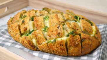 baguette relleno de queso, ajo y pereji