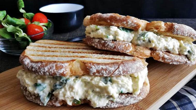 sandwich de pollo con huevos