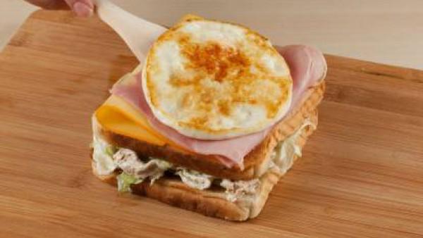 sandwich de pollo con huevo y jamón
